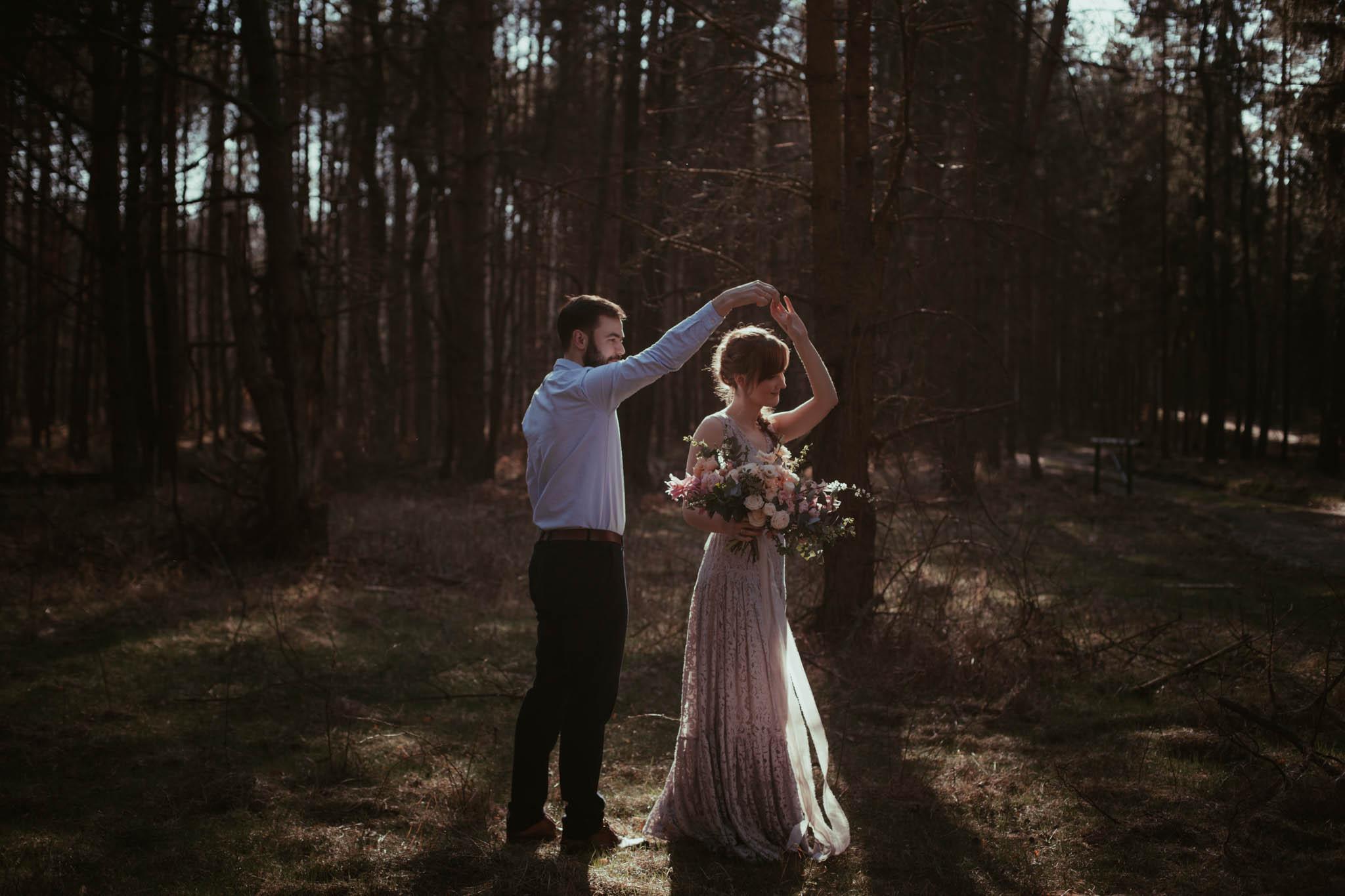 Miłość w kolorze lawendy // sesja ślubna w lesie